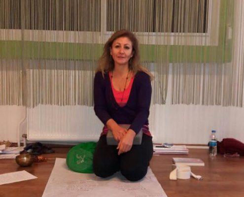 erife Karahançer ile Temel Yoga Eğitimi 1 495x400 - Şerife Karahançer ile Temel Yoga Eğitimi