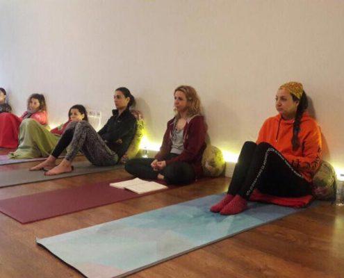 erife Karahançer ile Temel Yoga Eğitimi 11 495x400 - Şerife Karahançer ile Temel Yoga Eğitimi